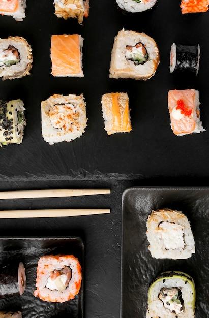 机の上のトップビューおいしい寿司 無料写真