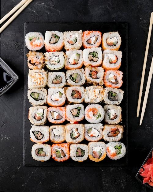 Вид сверху вкусные суши на тарелке Бесплатные Фотографии