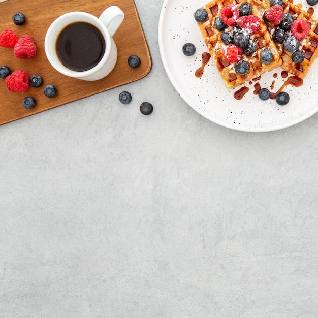 Вид сверху вкусные сладкие вафли и место для копирования кофе Бесплатные Фотографии