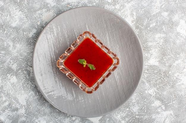 灰色のテーブルスープミールディナー野菜食品の灰色のプレート内のおいしいトマトソース 無料写真