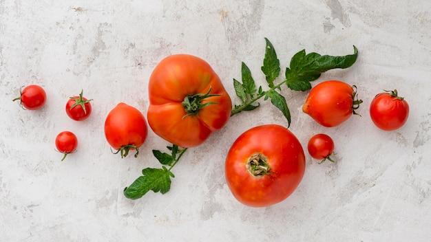 Вид сверху вкусная композиция из помидоров Premium Фотографии