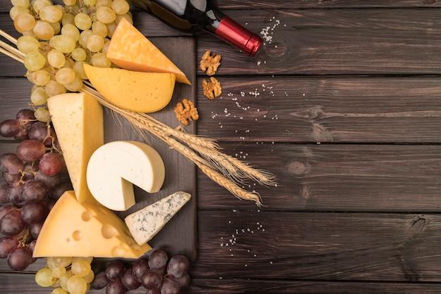 テーブルの上のおいしいチーズのトップビュー 無料写真