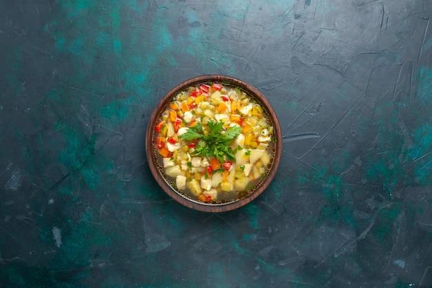上面図紺色の背景にスライスした野菜と緑のおいしい野菜スープスープ野菜フードミールホットフードディナーソース 無料写真