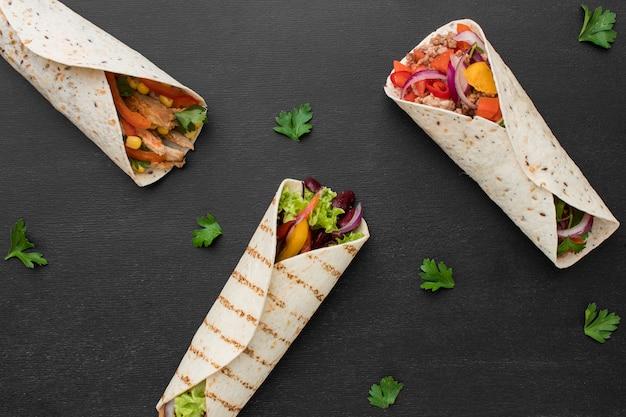 Вид сверху вкусные обертывания с мясом и петрушкой Бесплатные Фотографии