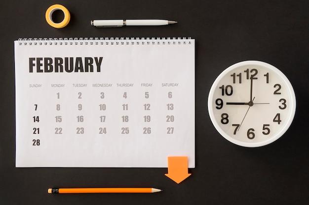 Orologio e calendario da tavolo con vista dall'alto Foto Gratuite