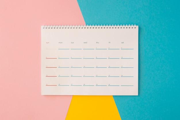 Calendario da tavolo vista dall'alto su sfondo colorato Foto Gratuite