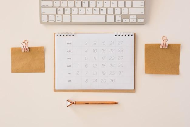 Vista dall'alto calendario da tavolo e note di memoria Foto Gratuite