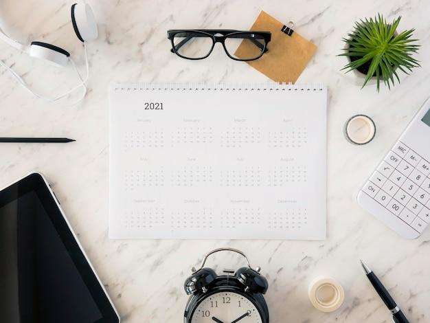 Настольный календарь вид сверху на мраморе с аксессуарами Бесплатные Фотографии
