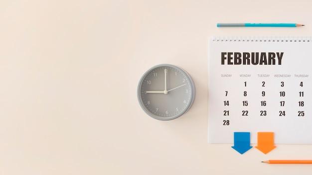 Orologio e calendario di febbraio da scrivania vista dall'alto Foto Gratuite