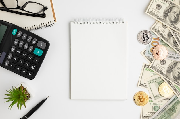 Top view of desk with banknotes mock-up Free Photo