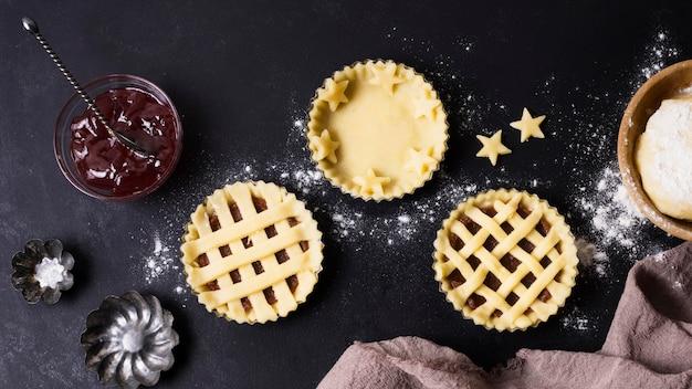 Preparazione del dessert vista dall'alto sul tavolo Foto Gratuite