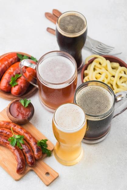 Вид сверху разные сорта пива и колбасы Premium Фотографии