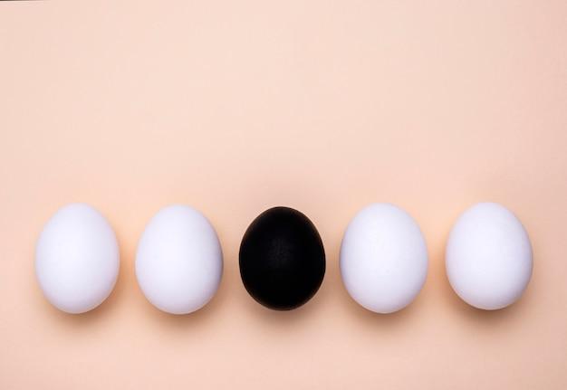 Vista dall'alto di diverse uova colorate per il movimento della materia delle vite nere con lo spazio della copia Foto Gratuite