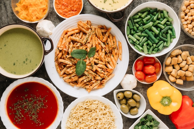 Top view of dishes with pasta and green beans Free Photo
