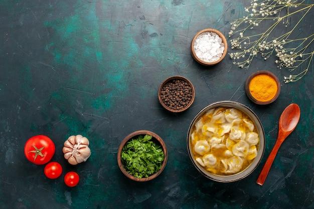 濃紺の背景にさまざまな調味料と緑を使った上面図生地スープ材料スープ食品食事生地ディナーソース 無料写真