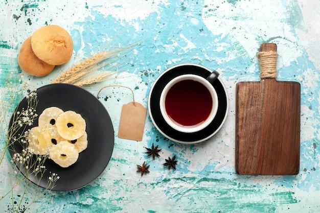 上面図乾燥パイナップルリングと青いデスクケーキ焼きフルーツビスケット甘いシュガークッキー 無料写真