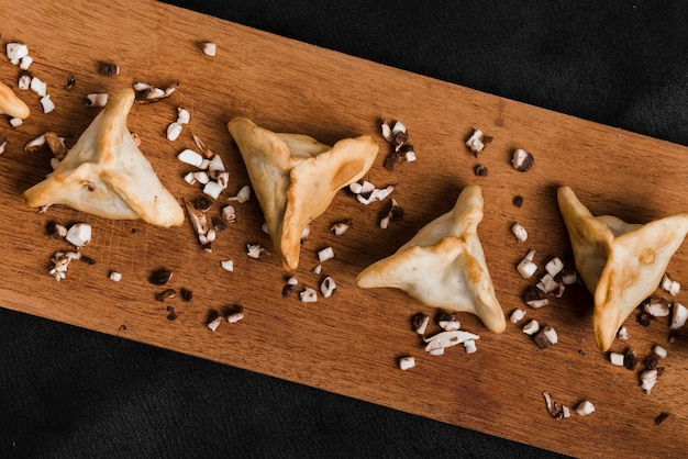 Top view of dumplings on chopping board against black background Free Photo