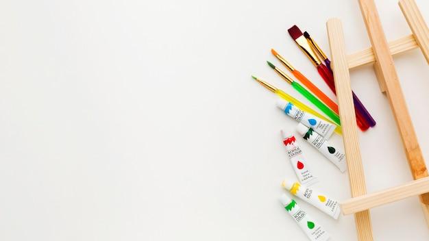 Мольберт вид сверху и акварельные краски Бесплатные Фотографии