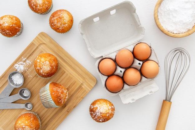 Vista dall'alto uova e cupcakes Foto Gratuite
