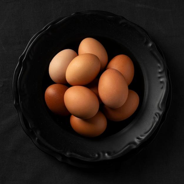 Вид сверху яйца на тарелке Бесплатные Фотографии