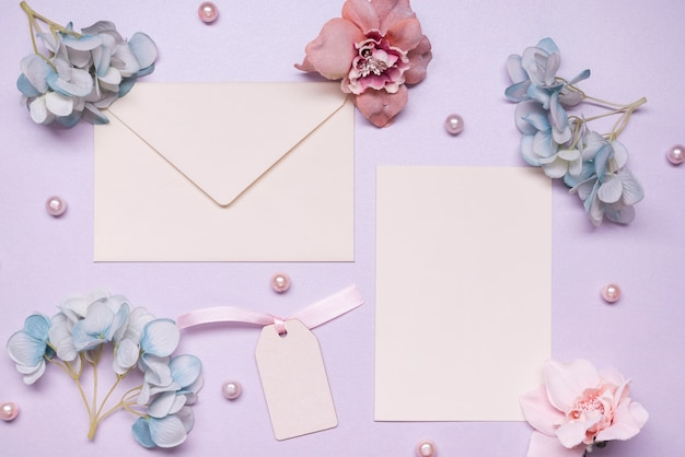 Top view elegant envelope with flowers on the table Free Photo
