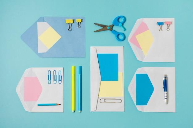 上面の封筒とペンの配置 無料写真