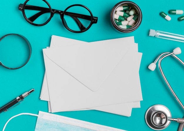 Top view eyeglasses with medicine and envelopes Free Photo