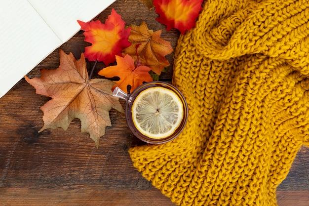 木製テーブルの上のトップビュー秋シーズンアレンジ 無料写真