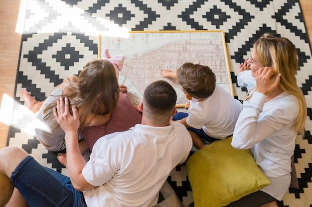Вид сверху семьи в помещении, глядя на синюю печать Бесплатные Фотографии