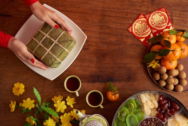 Top view of female hands serving rice cake Free Photo