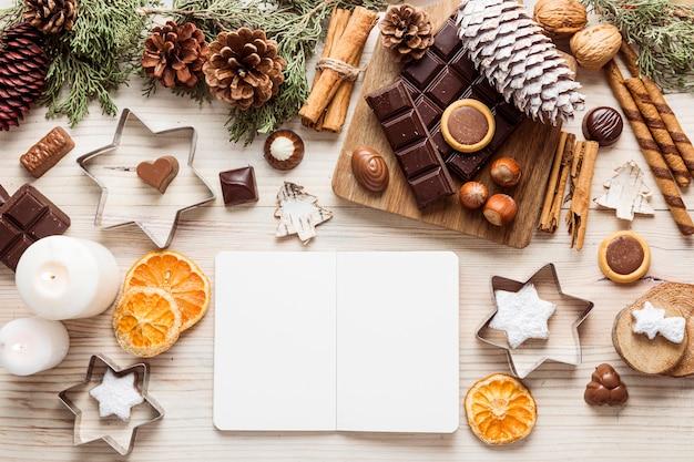 Вид сверху праздничный рождественский ужин с пустой записной книжкой Premium Фотографии