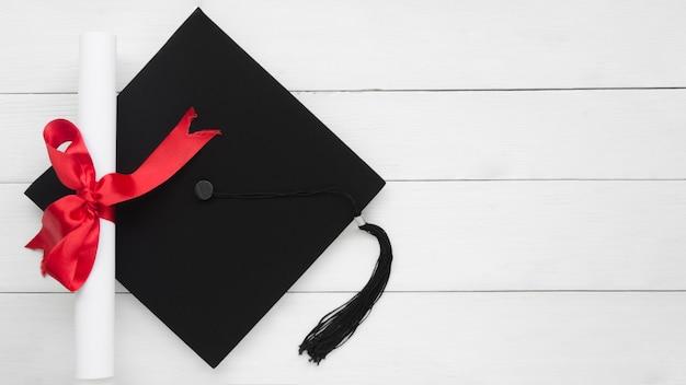 アカデミックキャップ付き平面図お祝い卒業組成 Premium写真