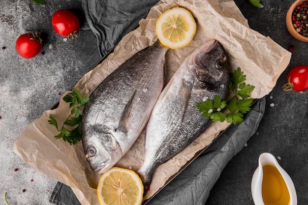Pesce vista dall'alto su carta da forno Foto Gratuite
