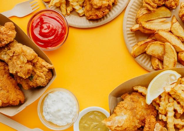 Vista dall'alto di fish and chips con copia spazio e salse Foto Gratuite