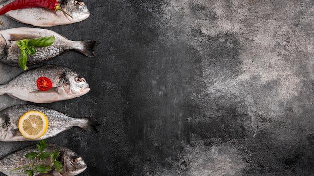 Pesce vista dall'alto su un lato con ingredienti Foto Gratuite