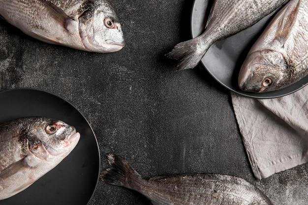 Pesce vista dall'alto su piatto e panno Foto Gratuite