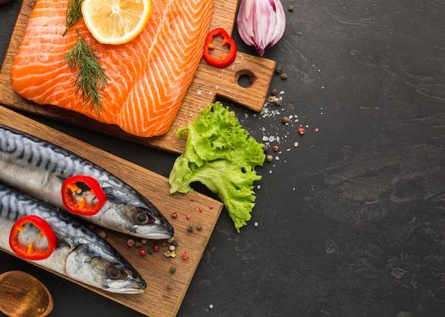 Вид сверху рыб на деревянной доске Бесплатные Фотографии