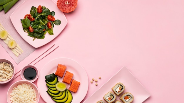 Vista dall'alto dieta flexitariana con cornice insalata Foto Gratuite