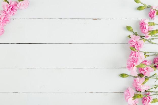 コピースペースを持つ木製の背景上の平面図の花 無料写真