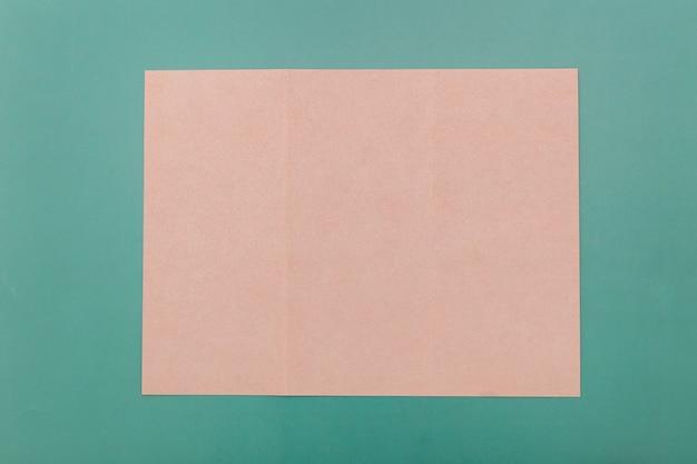 トップビュー折りたたみピンクパンフレット 無料写真