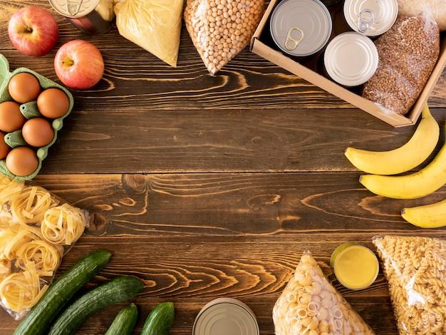 Vista dall'alto del cibo per la donazione con frutta e altre disposizioni Foto Gratuite
