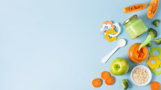 青色の背景と上面ビューフードフレーム Premium写真