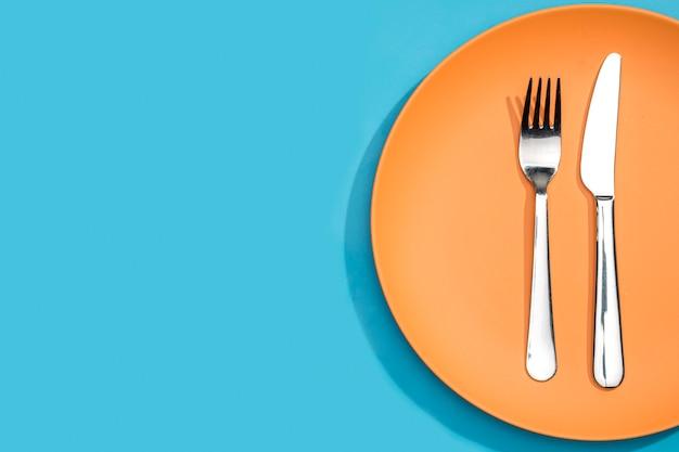 Вид сверху вилка и нож на тарелку с копией пространства Premium Фотографии
