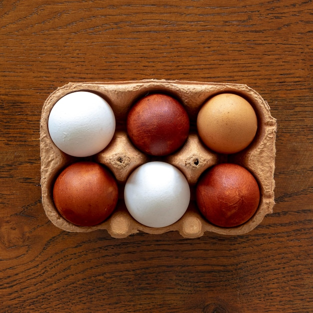 Вид сверху опалубка с яйцами на столе Бесплатные Фотографии