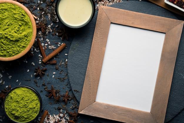 Рамка сверху рядом с зеленым азиатским чаем матча Бесплатные Фотографии