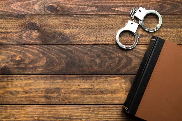 Рамка сверху с книгой и наручниками Бесплатные Фотографии