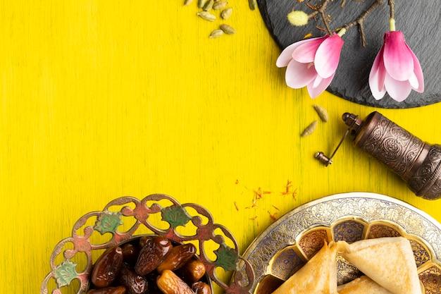 食べ物と花のトップビューフレーム 無料写真