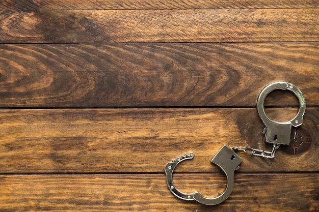 Рамка сверху с наручниками и копией пространства Premium Фотографии