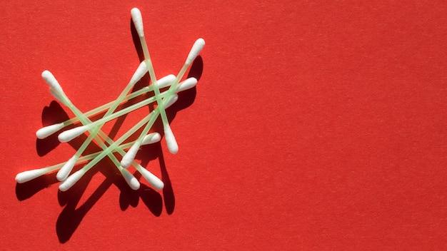 막대기와 빨간색 배경 상위 뷰 프레임 무료 사진