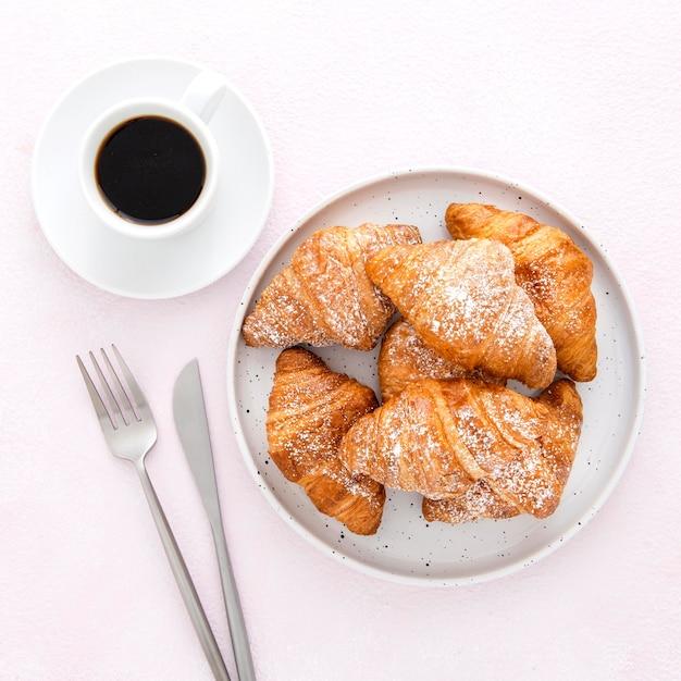Vista dall'alto croissant francesi e caffè Foto Gratuite